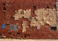 Two Kinds of Parking (Photographs By Wade) Tags: drumright oklahoma parking parkinglot signs brickwall