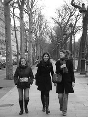 Les 3 parisiennes (poalamazout) Tags: winter girls white black paris tree walking noir dalton arbre blanc filles align alignes marchent romrom