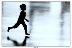 Only the Innocent Heart is able to fly (Arnold Pouteau's) Tags: people bw paris reflection silhouette little beaubourg