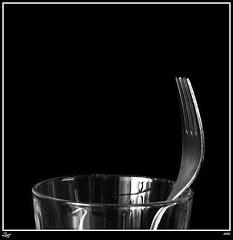 El Perfil Del Tenedor... (z-nub) Tags: blackandwhite bw black blancoynegro metal digital canon zoe negro bn minimal minimalismo cristal vaso minimalista tenedor znub zoelv formatocuadrado bnysimilares cuadraditas cuadradita zoelópez cuadradosverticales sinacento