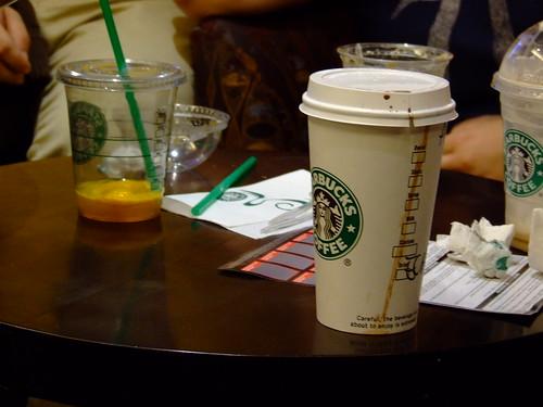 Fotografía de una mesa de una cafetería Starbucks