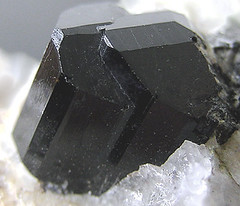 Tourmaline - Maine (adamantine) Tags: black macro crystal maine twin mineral albany geology tourmaline pegmatite mineralogy silicate schorl interpenetrant