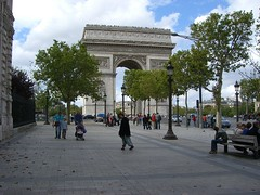 Walking on the Champs-Elysees (vnoel) Tags: street paris place champs arc triomphe triumph elysees etoile charlesdegaulle trottoir