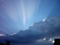 Luz azul (juanjorl) Tags: cielo nube rayosdesol