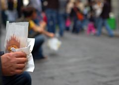 Milano da mangiare (Knrad) Tags: italien italy milan paper grey italia grigio dof hand milano mano duomo carta italie pdc panzerotti nikkor50mm18 profonditdicampo luini pidici corradogiulietti