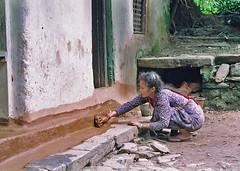 NEPAL * Entretien de la maison (Raoul@) Tags: nepal woman globalvillage globalcity invitedphotosonly gvadminshalloffame itsabeautifulgv maintenanceofthehouse