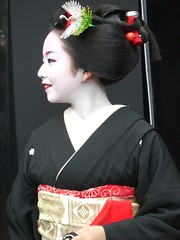 Geisha in Kyoto  5 : Suzuha (Conveyor belt sushi) Tags: pink portrait woman flower cute bird art girl beautiful beauty smile japan female asian real japanese spring kyoto noir close crane femme traditional famous young makeup honest exotic maiko geiko geisha    nippon entertainer kimono obi gion lipstick wabi sabi kansai far bianco blanc  nero japon oiseau giappone kraniche   katsura aesthetic      kanzashi  japonaise  gruidae   exoticism   suzuha japanishe
