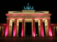 Pink Night (M Kuhn) Tags: pinknight brandenburgertor brandenburggate pariserplatz festivaloflights festivaloflights2006 globalillumination berlin night nacht pink