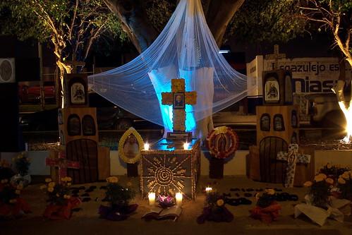 Altar de muertos para Don Miguel Hidalgo y Costilla, en la noche. by Christian Frausto Bernal.