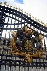 UK - London - St. James's: Buckingham Palace gate and Royal Coat of Arms (wallyg) Tags: uk greatbritain england london westminster gate europe coatofarms unitedkingdom britain royal palace buckinghampalace stjamess londonist englishheritage gradei royalresidence armsofdominion royalcoatofarms gradeilisted