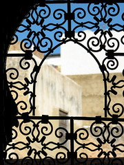 arabic view (laeli) Tags: africa window silhouette architecture backlight canon contraluz view arabic finestra morocco moorish marocco medina marruecos architettura controluce meknes arabo moresco powershots2is ph493 moresque riadbahia