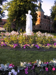 Vid Gripsholms slott (YlvaS) Tags: 2003 castle sweden damen vita srmland gripsholm slott mariefred whitelady gripsholms 5photosaday
