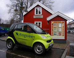 Small car - Little house (Krogen) Tags: smart norway norge norwegen olympus c7070 noruega scandinavia akershus storgata romerike krogen noorwegen noreg ullensaker skandinavia jessheim