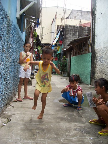 young girls and boy playing a piko, traditional game, street scene  Philippines Buhay Pinoy  Filipino Pilipino  people pictures photos life Philippinen