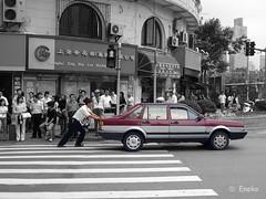 Push!! (eneko123) Tags: auto china leica bw car cutout lumix asia asien shanghai almostbw panasonic help coche push breakdown asie sos   hai  cina socorro dmc chine shang    ayuda eneko123 avera  empuja sia xangai txina averiado fx01  empujar bultza