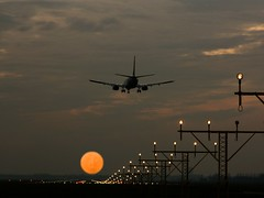 schiphol2 (slavko6591) Tags: sunset sky sun moon holland netherlands amsterdam evening airport aviation airplanes flight lot flughafen lampy flugzeug schiphol lotnisko wieczr chmury niebo holandia samolot wiata passtartowy ldowanie