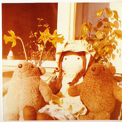 1970's, 1970-luku (Anna Amnell) Tags: bear vintage toys dolls outdoor balcony holly paddington 1970s olddolls parveke nuket 1970luku vanhatnuket