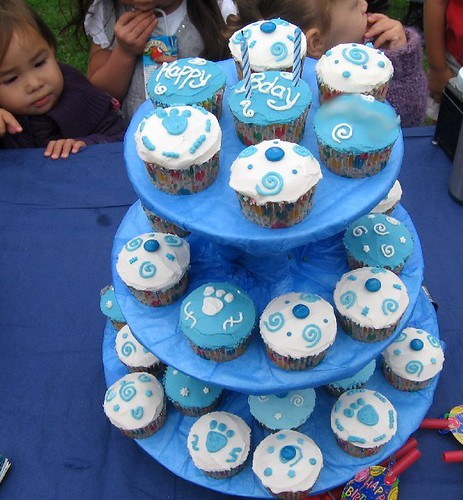 Cute Cupcakes For Boys Birthday http://lunchinabox.net/2006/10/10/birthday-cupcake/
