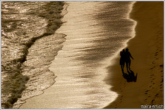 mar de mercrio (mara erlich) Tags: ocean sunset shadow sea beach d50 couple rj niteri nikonstunninggallery maraerlich