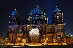 Wonderful Building (Dietrich Bojko Photographie) Tags: berlin night d50 bravo searchthebest webinteger nacht quality kitlens nikond50 festivaloflights dri berlinerdom 18mm nofilters 6exposures specnight