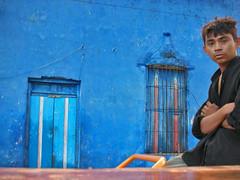 Man (Jacobo Zanella) Tags: door trip travel blue autumn hot window azul mexico ventana vendedor puerta looking yucatan mani 2006 viajes otoo staring calor jacobozanella