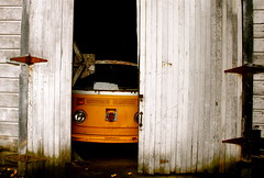 Peeking Out (Samer Farha) Tags: vw barn volkswagen napa microbus vanagon type2