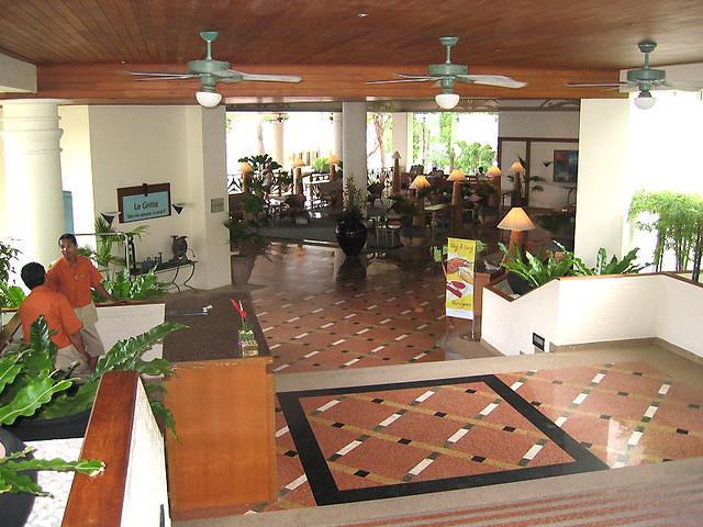 Вход в отель, лобби и зона отдыха