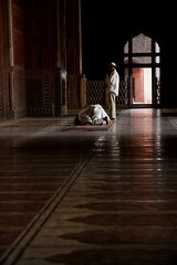 pulsation (maybemaq) Tags: light shadow india men guy architecture islam prayer tajmahal agra mosque breathtaking prayers eyewashdesign suddendelhi