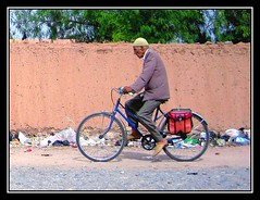 Concentracin - Concentration (jose_miguel) Tags: street espaa bicycle miguel photo calle spain foto shot jose bicicleta morocco maroc marrakech fv10 marrakesh stolen marruecos robado canondigitalixus55 25faves marraquech abigfave