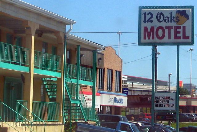 12 Oaks Motel