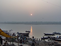 Dove la vita e la morte si fondono (Durga22) Tags: sun india sunrise river burning varanasi ganga surya benares ghat gange uttarpradesh manikarnika manikarnikaghat burninghat