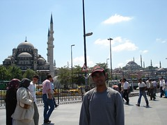 Berlatar Belakangkan Yeni Mosque & Suleymaniye Mosque di Eminonu, Istanbul, Turkey