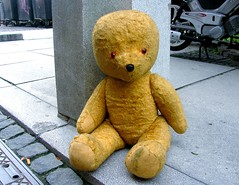 earless and abandoned (loungerie) Tags: bear street brown abandoned broken toy teddybear lonely ontheground rotto lubljana marrone orso copertina pupazzo abbandonato lubiana tccomp255
