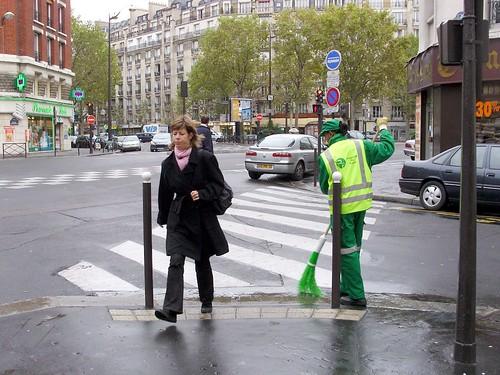scene de rue avec femme et nettoyeur a paris by Julie70