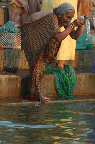 Hindu ritual in river Ganges/Ganga, Varanasi, India | Flickr ...