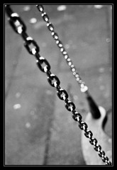 """Inbeesible"" cadena que me ata a la vida (DavidGorgojo) Tags: bw film analog 35mm reflex analgica dof minolta kodak bn chain pelicula dynax 100club cadena analogic columpio spxi 50club artlibre"
