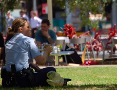 To Serve and Protect (Knrad) Tags: parco girl sydney drinking police australia cop hydepark bionda pausapranzo australianpolice poliziotta womaninuniform donneindivisa initaliacelesognamoghghh corradogiulietti