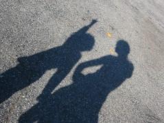 指をさす少年の影