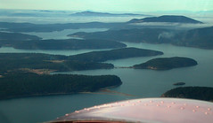 Float Plane 3. Approaching the San Juan Islands. (algo) Tags: usa water america 510fav island photography islands nikon bestviewedlarge aerialview aerial fromabove sanjuan northamerica algo 110fav floatplane nikon990