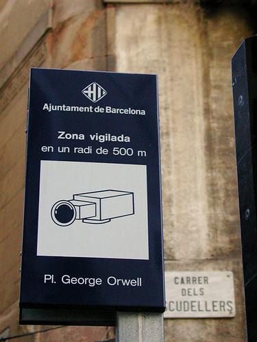 Cartel de información sobre videovigilancia en los alrededores de la plaza de Geroge Orwell