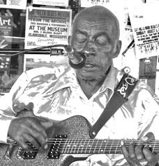 leo international super star ... watch: (Shein Die) Tags: leobudwelch bluesmen blackandwhite bw streetscene streetphotography portrait guitar street