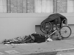 Homeless reading on the sidewalk (Franco Folini) Tags: poverty sanfrancisco california ca street sleeping blackandwhite bw usa bike bicycle america photography reading book us strada foto sony homeless poor libro streetlife sidewalk grayscale fotografia sdf lettura biancoenero streetpeople clochard bicicletta povert pobreza gough homelessness barbone pauvret marciapiede sanspapiers dscf707 senzatetto poors senzacasa poveri goughst francofolini senzafissadimora sansdomicilefixe folini