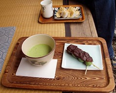 matcha and dango (michenv) Tags: japan interestingness tea michelle explore chiba tatami greentea teahouse anko wagashi     warabimochi    redbeanpaste  interestingness284 i500 strawmatting  michenv  chibacastle explore4oct06