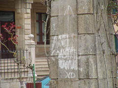 """pintada no obelisco, """"anticonstitucional XD"""" (Mariano Grueiro) Tags: galicia galiza obelisco pintada escudo franquismo ribadeo marianogrueiro marianogrueiroarquivoribadeo apraza"""