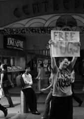 Free Hugs! (Knrad) Tags: street blackandwhite strada sydney australia biancoenero pittstreet freehugs evviva ibelieveinabetterway keeponrockinafreeworld abbracciliberiogratis corradogiulietti