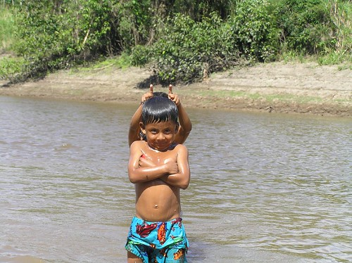 Ninos nel rio Yarapa, pueblo de Puerto Miguel