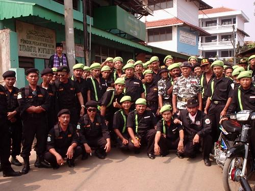 Des membres du Forum Betawi Rempug, en uniforme d'apparat, en 2003 (www.flickr.com/squid697)