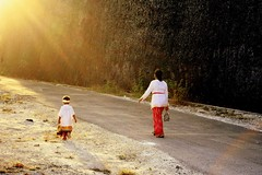 bersama (Farl) Tags: travel light bali colors indonesia child hill mother ceremony culture offering procession tradition hindu hinduism bukit melasti kutuh