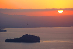 Islands in the sun - Bolsena, Italy (RoryO'Bryen) Tags: travel light sunset sky italy cloud naturaleza sun lake nature water birds rock wow landscape lago atardecer italia gulls horizon lac natura paisaje rory paisagem ciel cielo stunning ripples paysage celo italie anochecer lazio puestadelsol montefiascone lagodibolsena obryen aplusphoto roryobryen roarsthelion copyrightroryobryen