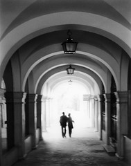 La Pareja (Stephanie Costa) Tags: sevilla spain hallway thecouple lapareja
